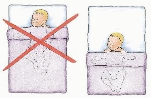 Leg je baby met zijn voeten bijna tegen het voeteneind van het bed.